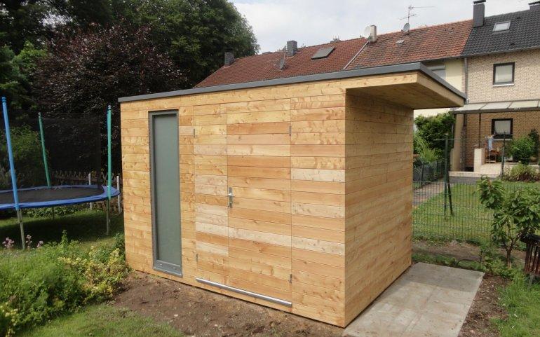 Gerätehaus mit Dachüberstand