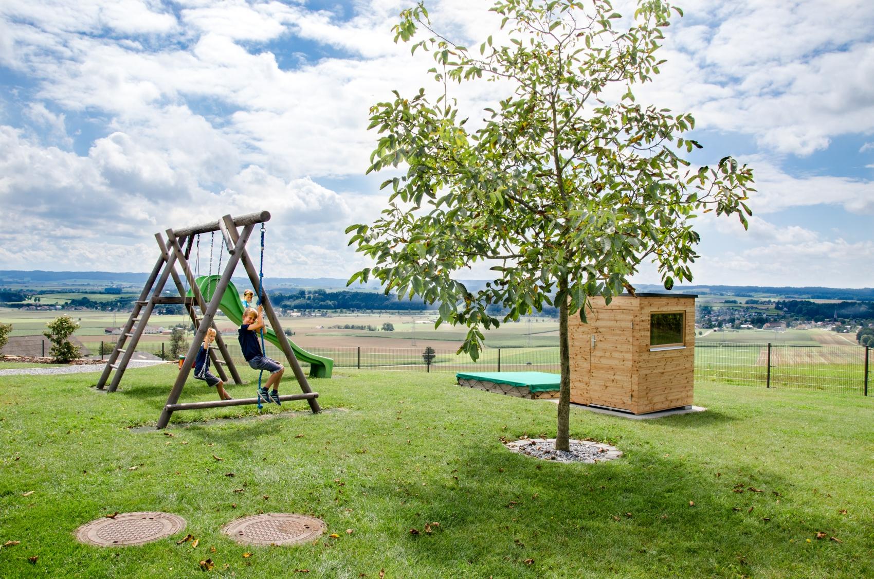 die terrasse zum naturhouse, kinderspielhaus und mülltonnenabdeckung